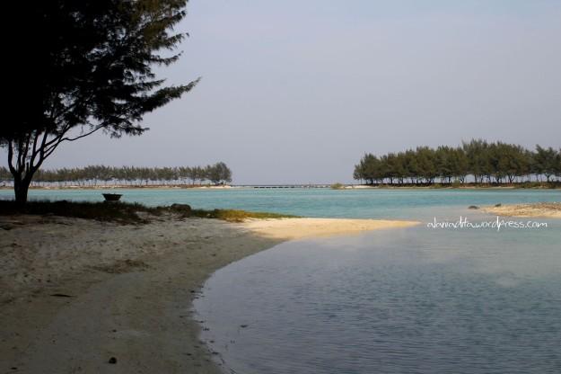 Ini kece! Pasir putih dan air berwarna hijau biru cantik.