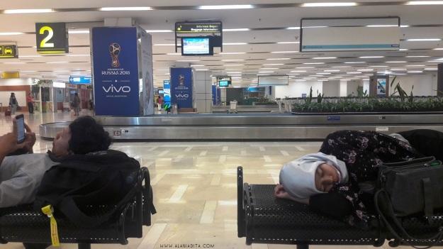 Tidur di Bandara Makassar.jpg